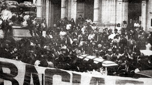 Así fue la comitiva que acompañó el ataúd de 'Pocho' Rospigliosi luego del velorio con el que fue despedido (Recorte: diario La Crónica)