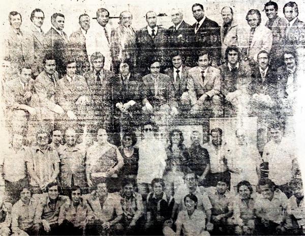 Gran parte del grupo humano que trabajó junto a 'Pocho' está presente en esta imagen (Recorte: diario La Tercera)