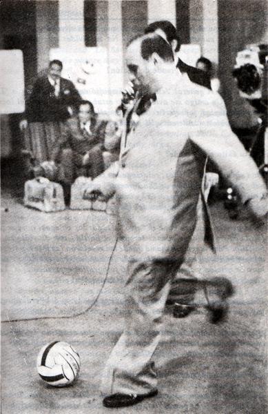 'Pocho' Rospigliosi y una acompañante infaltable: la pelota en su set de Gigante Deportivo (Foto: Libro Cuestión de Pelotas, Manuel Doria Martínez)