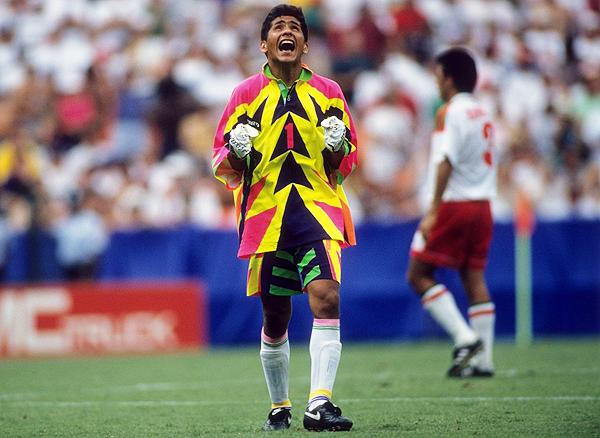¿Acaso el colorido vestuario de Jorge Campos habría tenido cabida en Francia? (Foto: AFP)