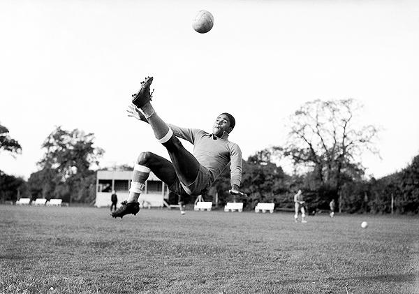 Eusébio ensayando una chalaca en un entrenamiento portugués durante el Mundial Inglaterra 1966. (Foto: dailymail.co.uk)