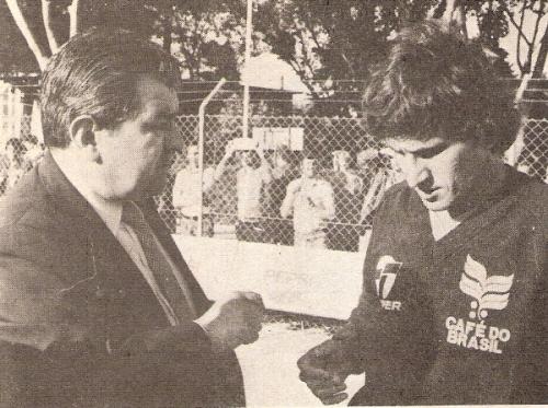 Entrevistando a Zico en España 1982. El Veco tenía entonces 40 años (Recorte: revista Ovación)