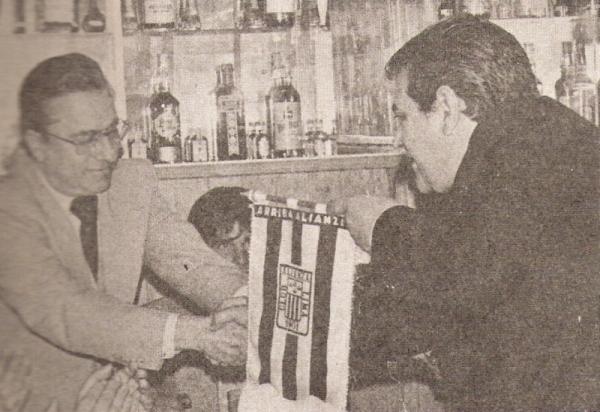 Con otro uruguayo identificado plenamente con el Perú: Walter Lavalleja, el creador del estadio de Alianza Lima, quien acá le entrega el banderín del cuadro íntimo (Recorte: revista Ovación)