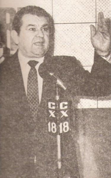 Frente a los micrófonos en Uruguay, antes de su venida al Perú (Recorte: revista Ovación)