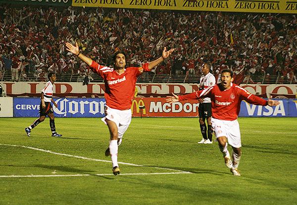 Fernandao celebra uno de los goles de Internacional sobre Sao Paulo. (Foto: AFP)