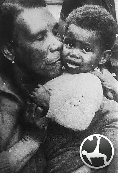 Doña Manuela García con su nieto Oswaldo: ¡idéntico a Perico! (Foto: revista Arriba Alianza)