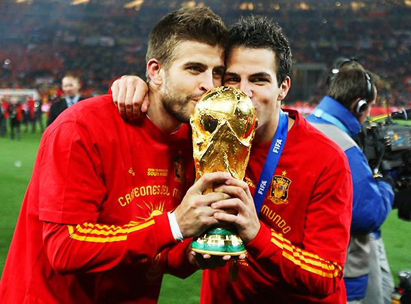 Gerard Piqué y Cesc Fábregas besan la Copa del Mundo. (Foto: RFEF)