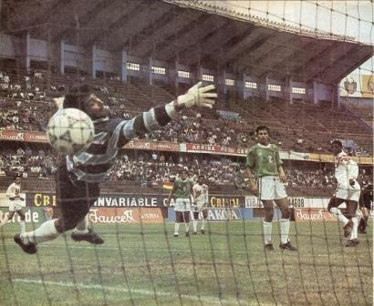 Junio de 1993: Perú, dirigido por Vladimir Popovic, derrota a Bolivia 1-0 en amistoso jugado en el estadio Nacional gracias a este cabezazo de 'Balán' Gonzales que hizo estéril la estirada del golero Trucco (Foto: La Copa y los mejores)