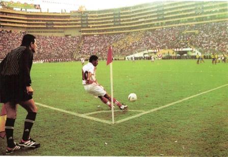El 'Chorri' Palacios ejecuta un córner ante Ecuador en la tarde del primer partido de Perú en el Monumental (Foto: El Gráfico Perú)