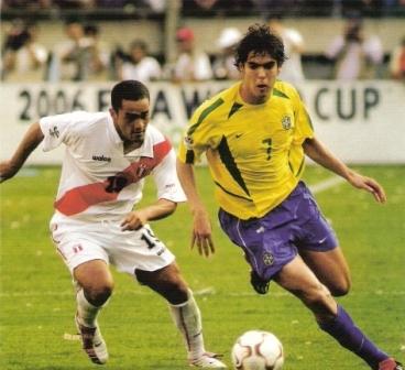 El gran Kaká, acá perseguido por Marko Ciurlizza, pisó la grama del Monumental en las Eliminatorias a Alemania 2006 (Foto: Don Balón Perú)