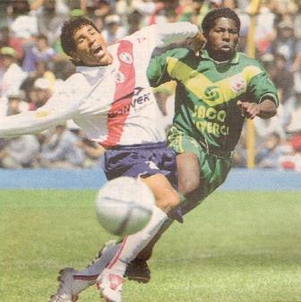 Alexis Aguirre disputa una acción ante Víctor Cartagena durante el partido de la Final de la Copa Perú que se disputó en Huaraz (Recorte: diario Líbero)