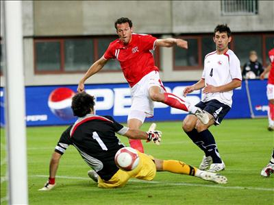 Claudio Bravo, aquí atajando ante Suiza, no tiene asegurada la titularidad en el pórtico chileno (Foto: Prensafutbol.cl)