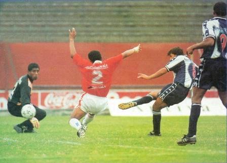Bazalar anota ante Cienciano en el Clausura 1997 (Foto: Once)