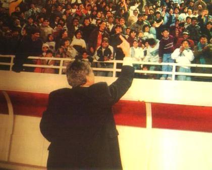 Siempre bonachón, Arrué se transformaba en los partidos con reacciones temperamentales. Aquí insulta a la barra de Boys cuando dirigía a Melgar en 1998 (Foto: Once)