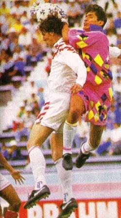 Flavio Maestri salta ante el portero méxicano Jorge Campos en la Copa América 1999 (Foto: Don Balón Perú)
