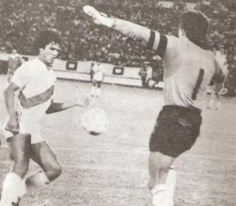 Navarro marcando el recordado gol a Chile en Santiago que dio pie a un comercial de TV (Foto: Ovación)