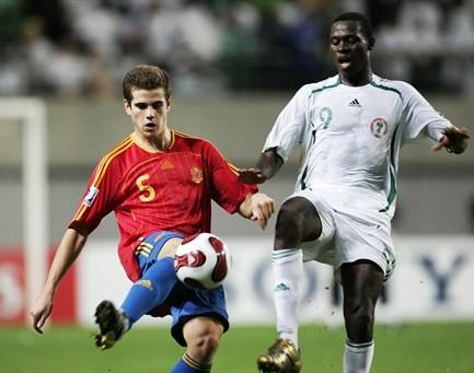 Nacho pelea con el goleador del torneo Chrisantus en un momento de la final (Foto: FIFA.com)