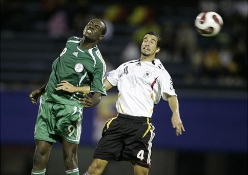El gran goleador nigeriano Macauley Chrisantus, acá saltando ante el alemán Teixeira, ya lleva siete goles en el Mundial (Foto: FIFA.com)