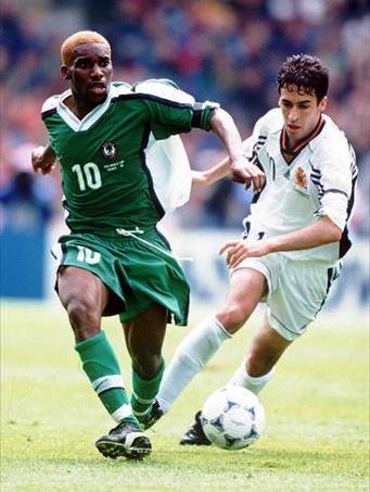 Augustine 'Jay-Jay' Okocha y Raúl González Blanco, grandes estrellas de Nigeria y España, respectivamente, en Francia '98 (Foto: FIFA.com)