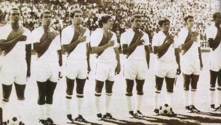 'Perico León', primero desde la izquierda, junto al máximo goleador peruano Teófilo Cubillas (Foto: Don Balón Perú)