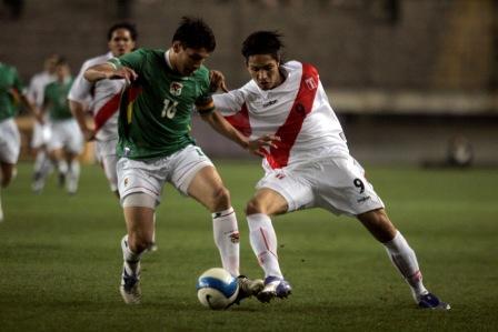 Guerrero siempre está: en la lucha con Raldés, en la marca de la salida rival, en el gol (Foto: Andina)