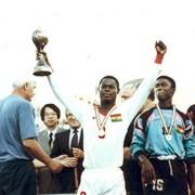 El capitán ghanés Nana Alexander Opoku alza la copa de campeón mundial Sub-17 en Italia 1991 (Foto: FIFA.com)