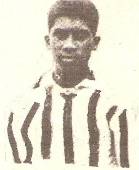 'Manguera' Villanueva con la camiseta de la selección peruana, cuando esta era a rayas verticales rojas y blancas en el Sudamericano de 1927 (Foto: Historia del Fútbol Peruano, Reco Borodi)